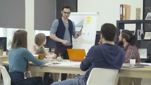 Tvůrčí tým se o projektu v moderní kanceláři