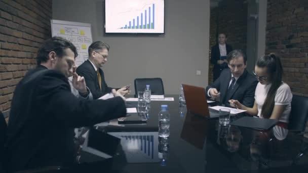 Žena šéf přijde na schůzku a pozdraví kolegové