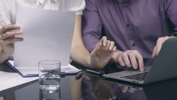 Skupina podnikatelů pracovat s notebookem a dokumenty