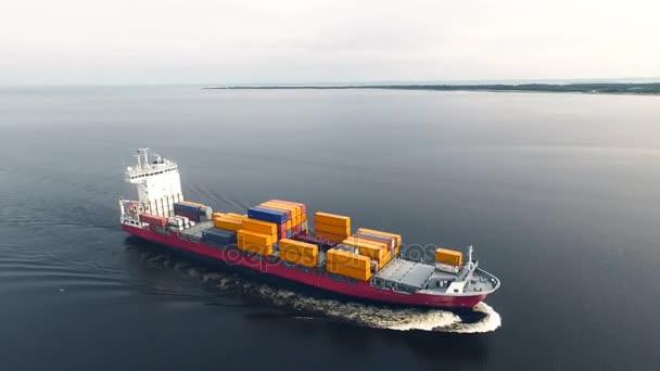 Obrovské kontejnerová loď plovoucí v moři