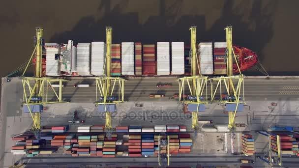 Pohled shora kontejnerová loď vykládky v přístavu