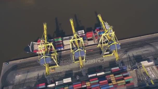 Konténerszállító hajó kirakodási kikötőben felülnézet