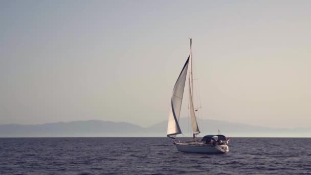 Yacht úszó a tengerben