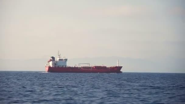 Boční pohled na nákladní lodi plovoucí v moři