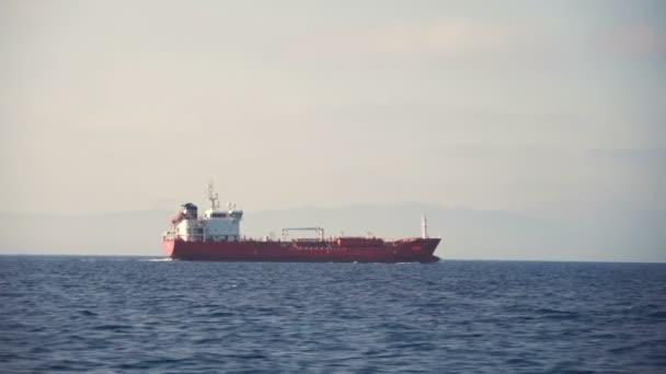A teherszállító hajó a tengeren lebegő oldalnézete