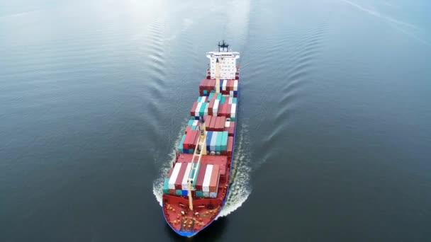 nákladní loď plující v moři