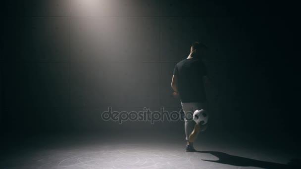 Mladý muž praktik s fotbalovým míčem