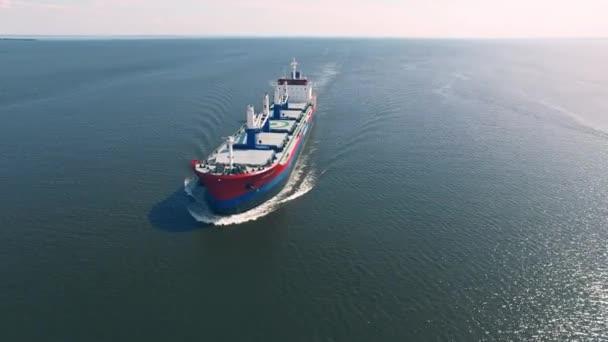 a tengeren közlekedő teherhajó
