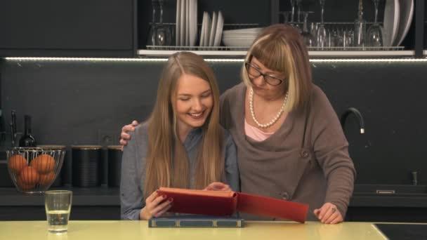 Matka a dcera hledá rodinné album