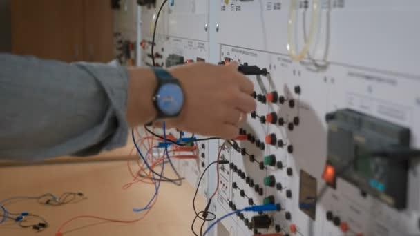 Stážista v laboratoři kabely připojte k zařízení
