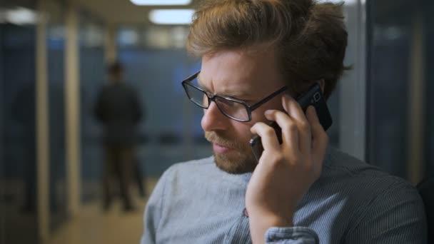Porträt eines Geschäftsmannes, der mit seiner Freundin ernsthafte Fragen diskutiert
