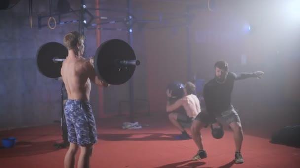 Pět silných sportovců, kteří skupinu crossfit trénink v tělocvičně