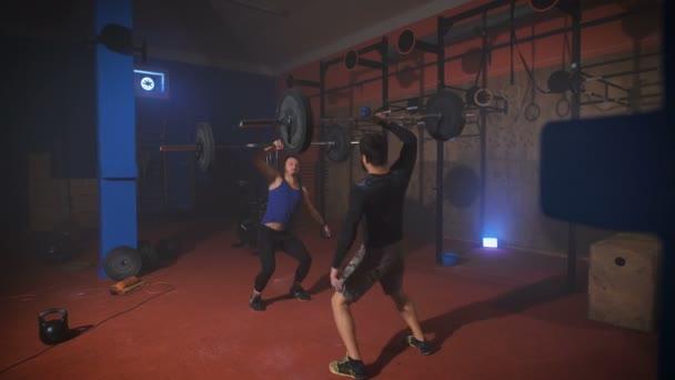 Dva silný muž dělá vzpírání cvičení v posilovně