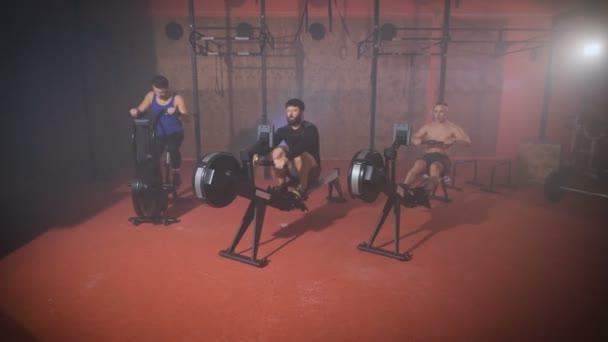 Drei starke Männer dabei Crossfit Training in der Turnhalle