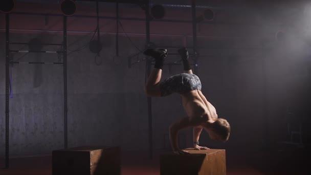 Sportoló teszi nehéz push-up csak a kezét.
