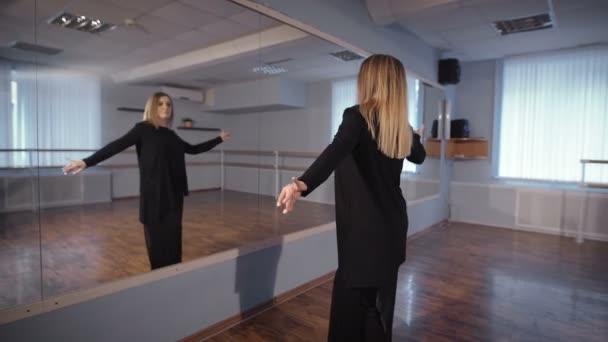 домохозяйка танцует перед