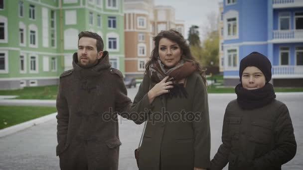 Mladá rodina společně strávit víkend. Krásná matka drží její šátek. Mladá matka a její malý syn jsou chůze a držení rukou