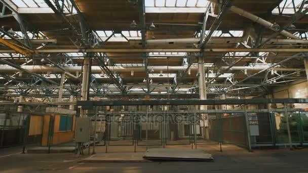 Termelési előfeltétele egy nagy belmagasságú és nagy számú ipari berendezések területén. Sok fém szerkezetek, szellőző csövek használják az építőiparban. A nagy ablakok