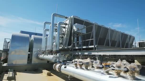 Trubky kovové chromované jsou připojeny k společný vodovod pro rozlehlou síť. Na střeše průmyslová hala organizované potrubí a ventilace