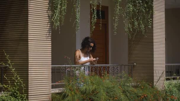 Девушки на балконах отелей фото видео