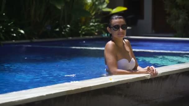 Cintura Hasta Sol Disfrutando PiscinaJoven Gafas Luego Sexy Agua Mintiendo Mujer En Está Su La Bikini Blanco Hermosa Tiempo Y Negro De Chica Sumergir El 0wP8OnkX