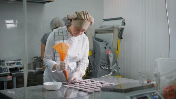 Video über die Herstellung eines Mädchens spritzen