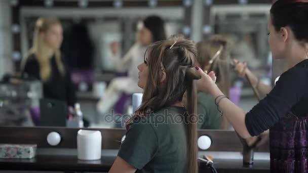 Student před maturitní večer přišel do populární kosmetický salon stylový účes a make-up. V odrazu zrcadla ostatní master pracuje s jeho klient
