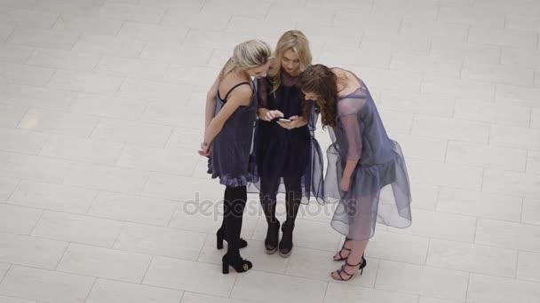 Zár-megjelöl-ból három boldog nő meg állt össze, és arra törekedjünk, hogy selfie. Szexi chic lány születésnapi partin vesznek részt. Hölgyek pihen és élvez a móka idő együtt