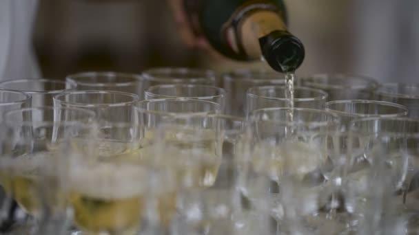 Champagner schwappte beim Fest über die Weingläser, ein vertrautes Attribut wichtiger Ereignisse. ein kaltes Getränk mit Blasen,