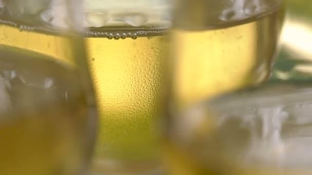 Pezsgőt az ünnepen gyűrűzött tovább a borospohár, egy ismerős attribútum a fontos eseményekről. Egy hideg italt a buborékok