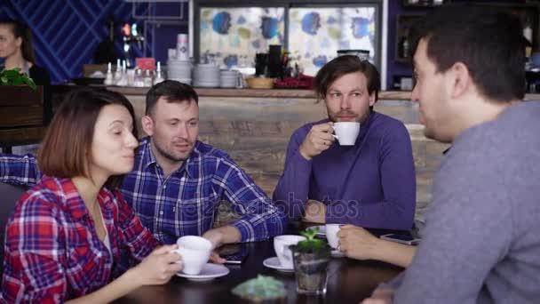 Jsou přátelé sedí v kavárně a pití kávy a čaje. Přátelé studentů ještě vidět jeden druhého na dlouhou dobu a rozhodl se splnit ve své oblíbené restauraci
