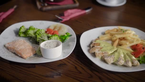 Piekne I Smaczne Dania Z Ryb Kurczaka Salatki I Sosy Stol W Restauracji Jest Otwarty Dla Dwoch Osob Posilek Z Smaczne I Zdrowe Jedzenie