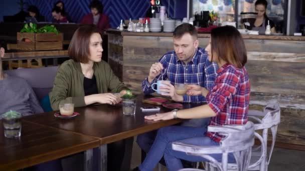 Csésze kávé asztalnál ülő barátja