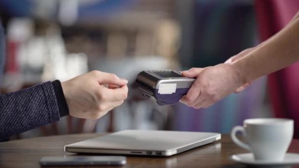 Zár-megjelöl-a férfi és női kéz csinál a folyamat a készpénzmentes fizetési étteremben. Pincérnő így vevő Pos-terminál és a pénztárbizonylat után a fizetés. Az ember így pénzátutalás műanyag kártya.