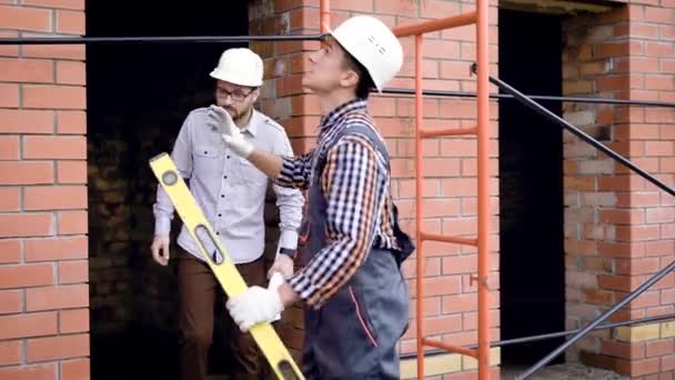 Stavitel a architekt na staveništi. Průběh výstavby