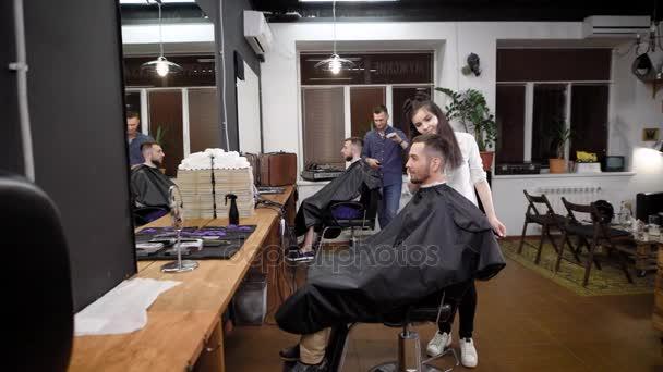 In Einem Modischen Friseur Gibt Es Ein Neuen Haarschnitt Von