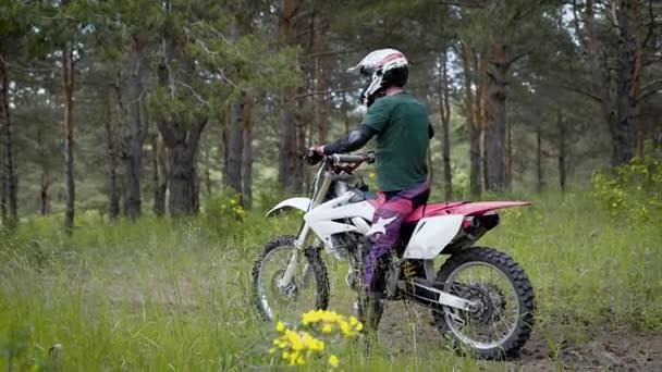 Cross kola v akci. Motorkář na koni v lese. Offroad jízdy