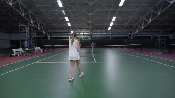 Tenis hra. Krásná žena hráč hraje s mužem v tenise