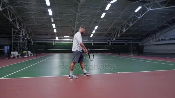 Tenista hrající na krytý soudu proti mužské hráče