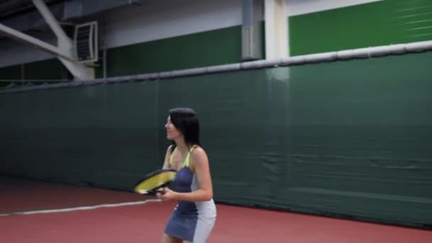 Krásné dospělé ženy tenista. Hrát tenis a kuličky