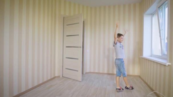 Mladá rodina s dítětem stojící v místnosti nového domu nadšená