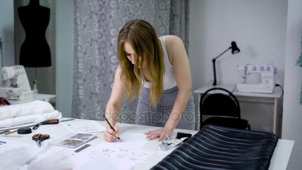 Под одеждой у девушки видео