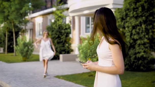 Dvě krásné ženy splnit do domu, tak šťastný, konečně navzájem vidět, obejmout a smát se na letní den