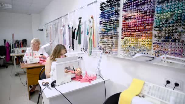 Tavolo Di Lavoro English : Due sarte femminile lavorando sulla macchina per cucire seduti ai