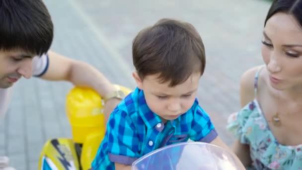 CircGarçon Passer De Parents Monter Voiture Temps Fils Petit Jeunes RueHeureux Du Nouveau Petite Jouet À Le La Avec Rue L'aider Regarder Jouent A54LRj