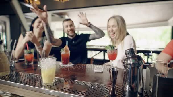 Nahaufnahme von Händen tun frischen Cocktail Barkeeper. Mann in bar ...