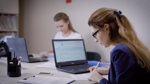 Persone concentrate su come lavorare con la carta al tavolo in ufficio