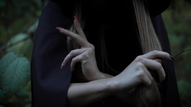 Žena v forst děsí se svými ostrými nehty