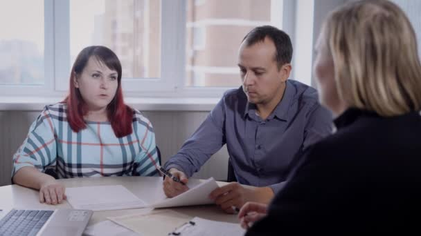 felnőtt pár ül egy találkozó irodájában ingatlanfejlesztő cég, látszó-on egy szakember, megvitatása