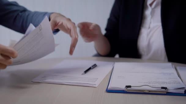 prodavačka v kanceláři dává dohody, certifikáty a další dokumenty k zákazníkům, specialista oddělení služeb zákazníkům